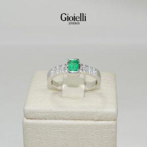 27083f06b086 anillo de compromiso en oro blanco con esmeralda y diamantes