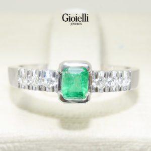 anillo de compromiso en oro blanco con esmeralda y diamantes