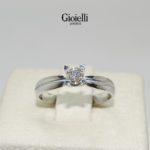 anillo de compromiso en oro blanco con diamante