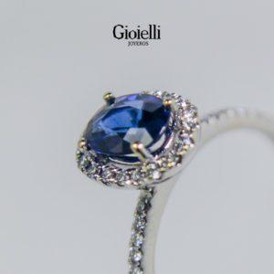 anillo de compromiso en oro blanco con zafiro y diamantes