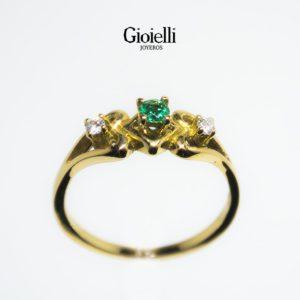 anillo de compromiso en oro 18k con esmeralda y diamantes