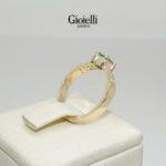 anillo de compromiso con esmeralda y diamantes