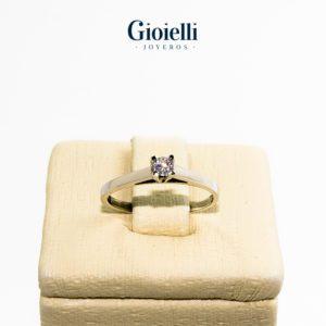 anillo de compromiso en oro blanco 18k con circon